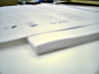 写真:名前リストを印刷した紙の束