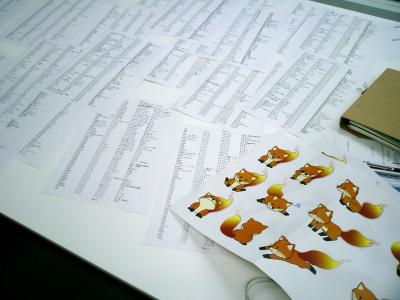 写真:机の上に紙を広げた様子