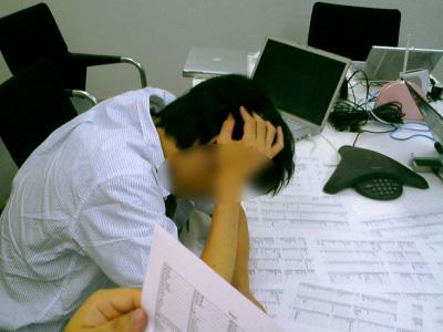 写真:長時間の会議で疲労するスタッフ