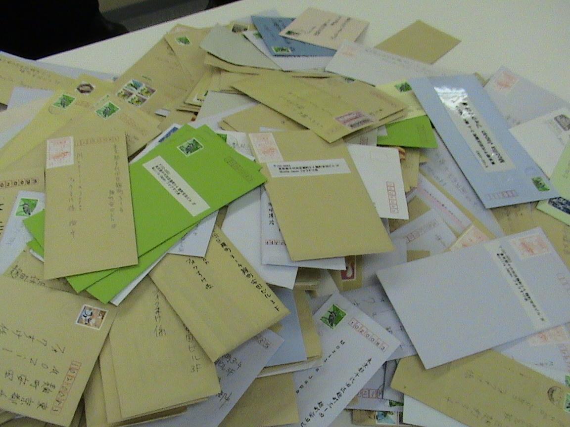 (当選された方に送っていただいた返送用封筒の山)